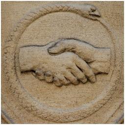 Poignée de main et ouroboros, deux symboles qui pourraient paraître éloignés mais pourtant bien proches. En héraldique la poignée de main représente la foi, valeur théologale. A l'origine l'ouroboros marquait la limite entre le Noun et le monde ordonné. En entourant la totalité du monde existant, il symbolise le cycle du temps et de l'éternité Zosime de Panopolis, premier grand alchimiste gréco-égyptien (vers 300), aurait écrit la formule suivante : « Un [est] le Tout, par lui le Tout et vers lui [retourne] le Tout ; et si l'Un ne contient pas le Tout, le Tout n'est rien. Un est le serpent l'ouroboros, le serpent qui mord sa queue], celui qui possède l'ios [la teinture en violet], après les deux traitements [noircissement et blanchissement ]. » ▪️ ▫️ ▪️ ▫️ ▪️ #ouroboros #francmaçonnerie #francmaçon #symbolemaçonnique #masonicsymbol #symbole #lettreg #symbolecaché #equerreetcompas #squareandcompass #masonic #maçonnique #grandorientdefrance #grandorient #godf #gldf #francmaconnerie #francmaçonnerie #francmaçon #freemason #freemasonry #francmasoneria #freimaurer #lesmarchesdutemple